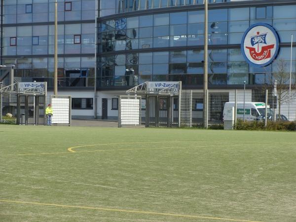 Kunstrasenplatz vor dem Stadion Foto 1